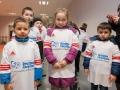 dzieci w koszulkach z logo Fundacji